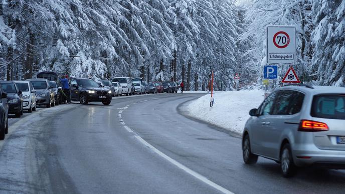 Parkende Fahrzeuge entlang der Schwarzwaldhochstrasse.