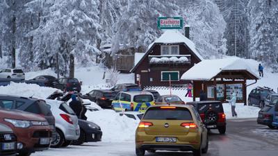 Parkende Fahrzeuge auf dem Parkplatz Seibelseckle an der Schwarzwaldhochstrasse.