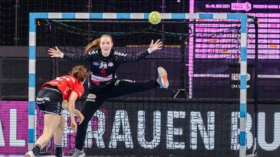 Rückhalt zwischen den Pfosten: Torhüterin Zoe Ludwig hatte in Stuttgart großen Anteil an den beeindruckenden Pokalauftritten von Buchholz-Rosengarten, konnte die Endspielniederlage gegen Julia Maidhof (links) und die SG BBM Bietigheim aber nicht verhindern.