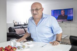 Yasar Oral sitzt an seinem Küchentisch.