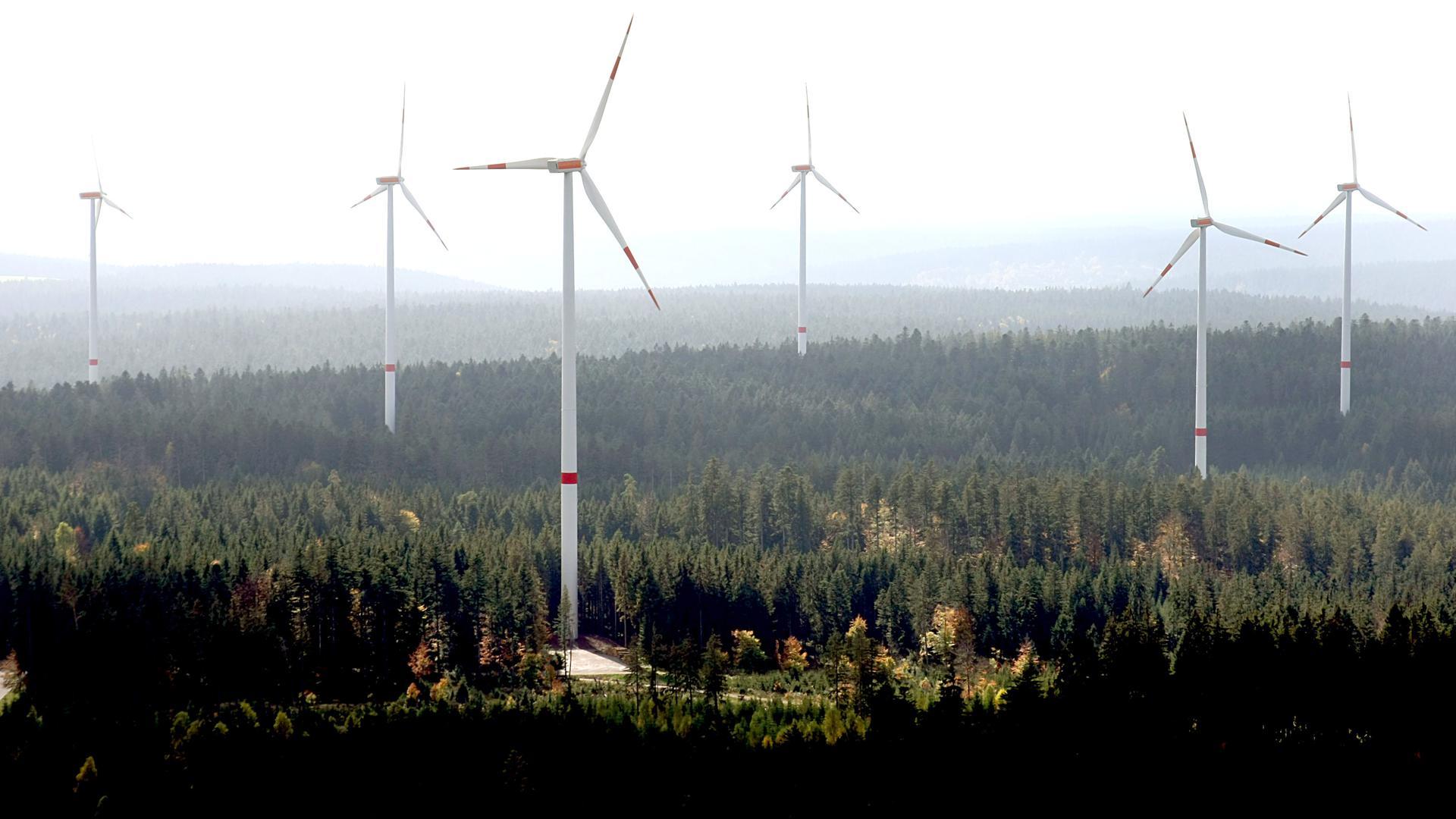 Windräder steheim Windpark Simmersfeld im Schwarzwald.  Die insgesamt 14 Windkraftanlagen mit einer Gesamtleistung von 28 Megawatt Strom können mehr als 10 000 Haushalte mit Strom versorgen.