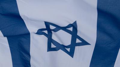 Eine israelische Fahne weht im Wind.