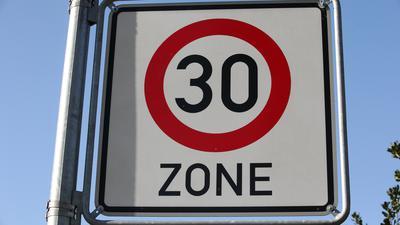 Ein Verkehrsschild weist  auf eine Tempo-30-Zone hin.