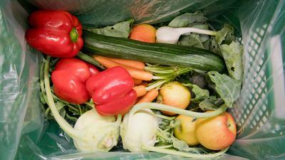 Obst und Gemüse liegt in einer Kiste vom Bio-Lieferanten.