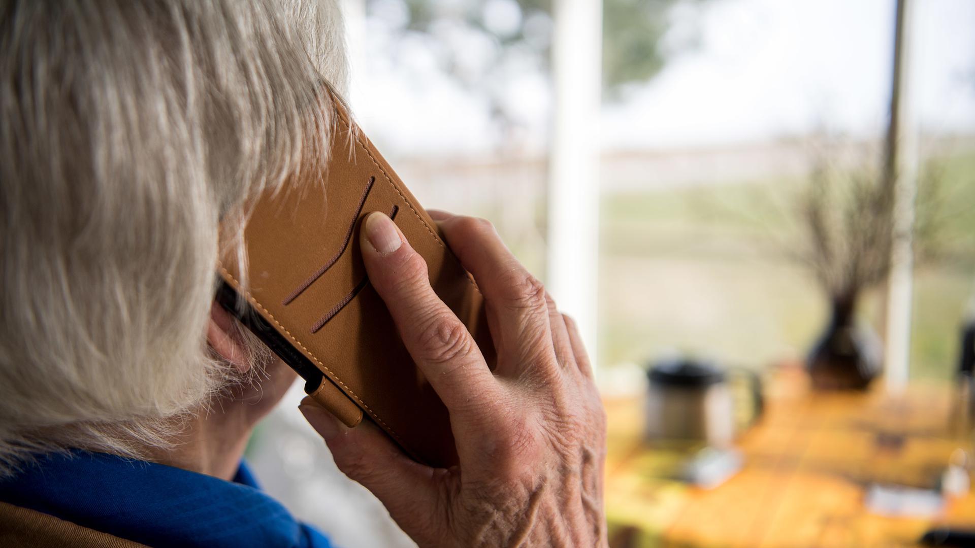 Eine Seniorin telefoniert mit ihrem Smartphone.