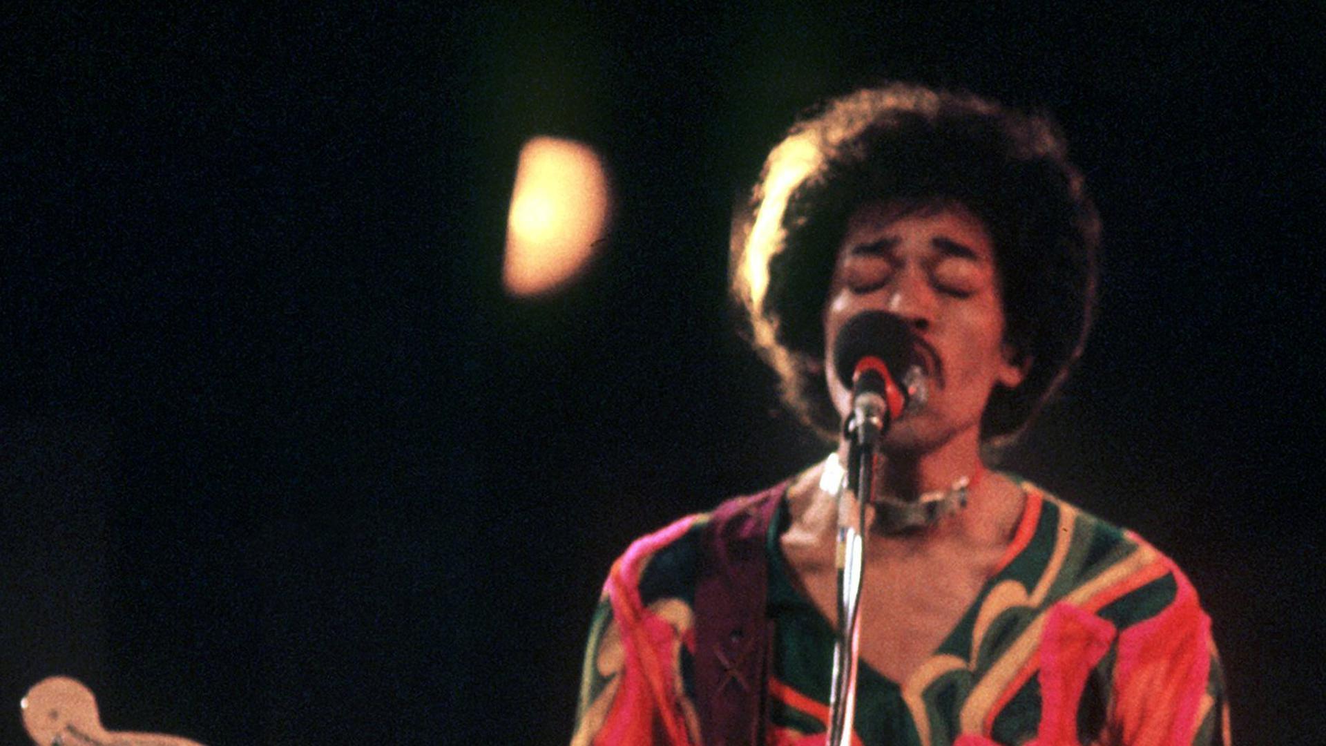 Das Archivbild zeigt den US-amerikanischen Rocksänger und Gitarrist Jimi Hendrix beim Popfestival auf der Isle of Wright 1970. Am 27. November 2002 wäre Hendrix 60 Jahre alt geworden.