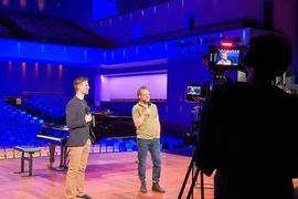 Der Projektverantwortliche Christian Vierling steht mit dem Sänger Julien Prégardien auf der Bühne des Festspielhauses.