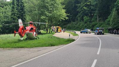 Die B500 war während der Unfallaufnahme voll gesperrt.