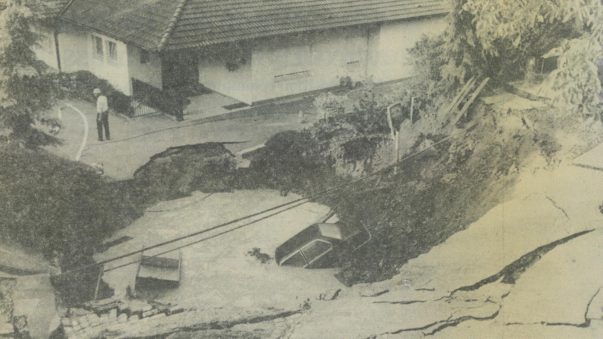 Bergeinbruch beim Michaelstunnel: In der Nacht auf den 30. Juni 1987 verschwindet die Winterhalterstraße plötzlich in der Erde und reißt ein Auto mit in die Tiefe.