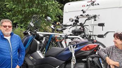 Mit Bike und Roller ausgestattet: Ralph und Martina Hase sind für Exkursionen in die Umgebung dank ihres Zweirad-Fuhrparks gerüstet.