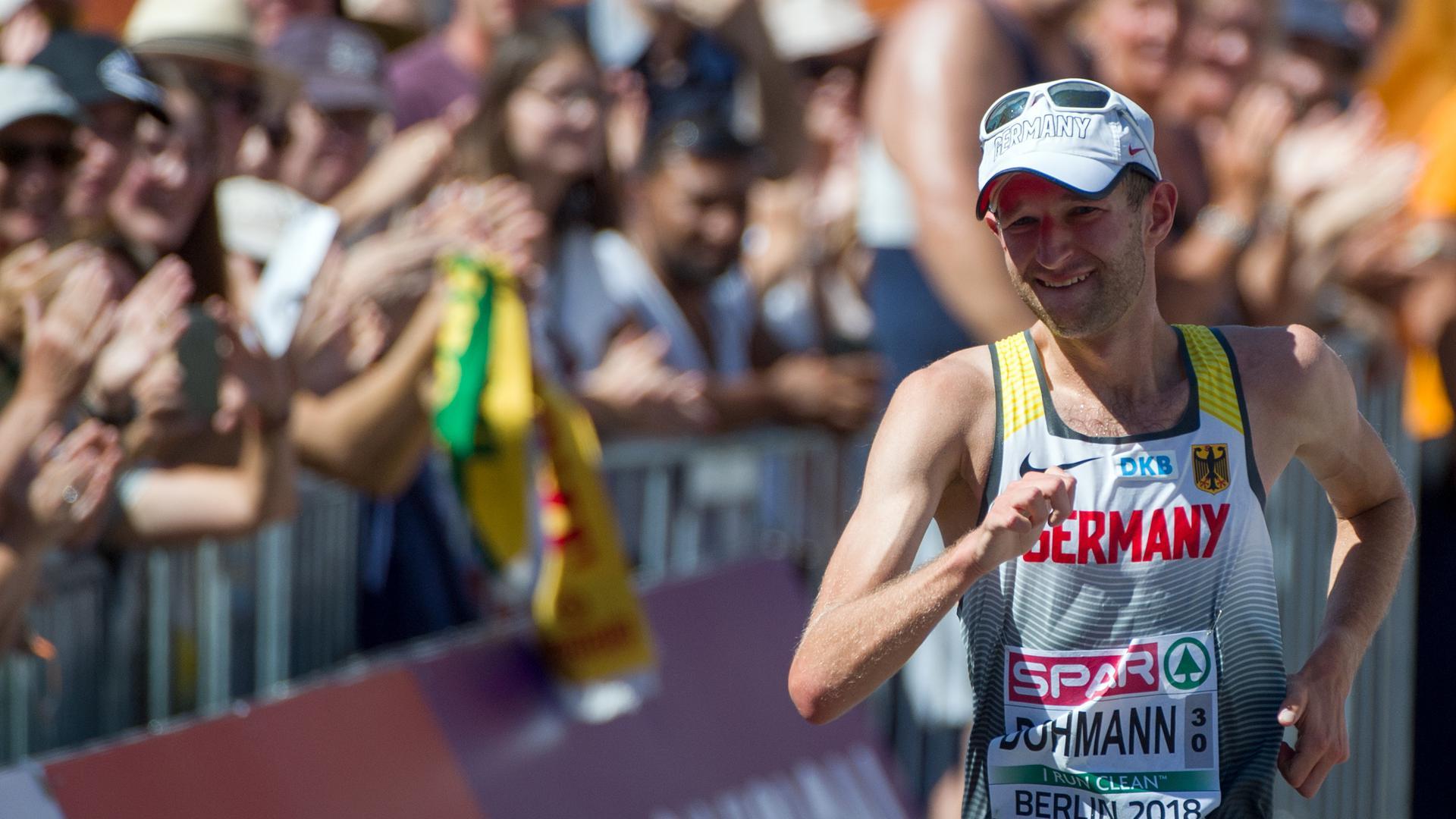 Leichtathletik, Europameisterschaft, 50 km Gehen, Männer, Frauen: Carl Dohmann aus Deutschland läuft ins Ziel ein.