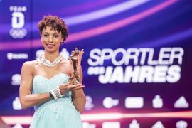 Leichtathletin Malaika Mihambo steht nach der Ehrung der «Sportler des Jahres 2020» auf der Bühne und hat die Trophäe in der Hand. Weitspringerin Mihambo wurde als Sportlerin des Jahres geehrt. +++ dpa-Bildfunk +++