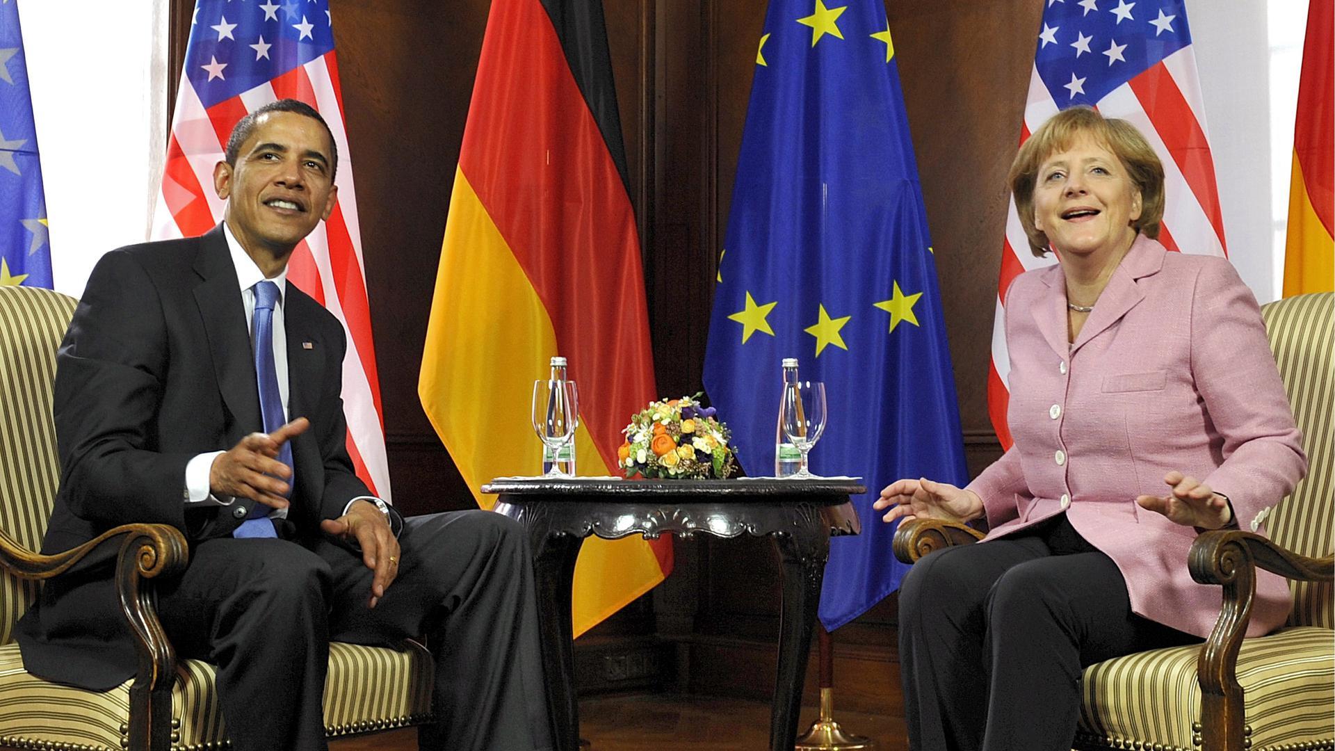 """Bundeskanzlerin Angela Merkel (CDU) und US-Praesident Barack Obama sitzen am Freitag (03.04.09) in Baden-Baden im Vorfeld des Nato-Gipfels zu einem bilateralen Gespraech zusammen. Mit einem """"Doppel-Gipfel"""" in Deutschland und Frankreich begeht die NATO am Freitag und Samstag (04.04.09) den 60. Jahrestag ihrer Gruendung. Im Jahr 1949 wurde das westliche Verteidigungsbuendnis von den USA und Kanada zusammen mit zehn europaeischen Staaten gegruendet. Deutschland trat der Allianz 1955 bei. Foto: Joerg Koch   +++(c) dpa - Bildfunk+++ Baden-Baden Nato-Gipfel 3. April 2009"""