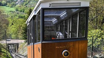 Die Merkurbergbahn fährt ihre Strecke den steilen Hang hinaufauf den Baden-Badener Hausberg Merkur.