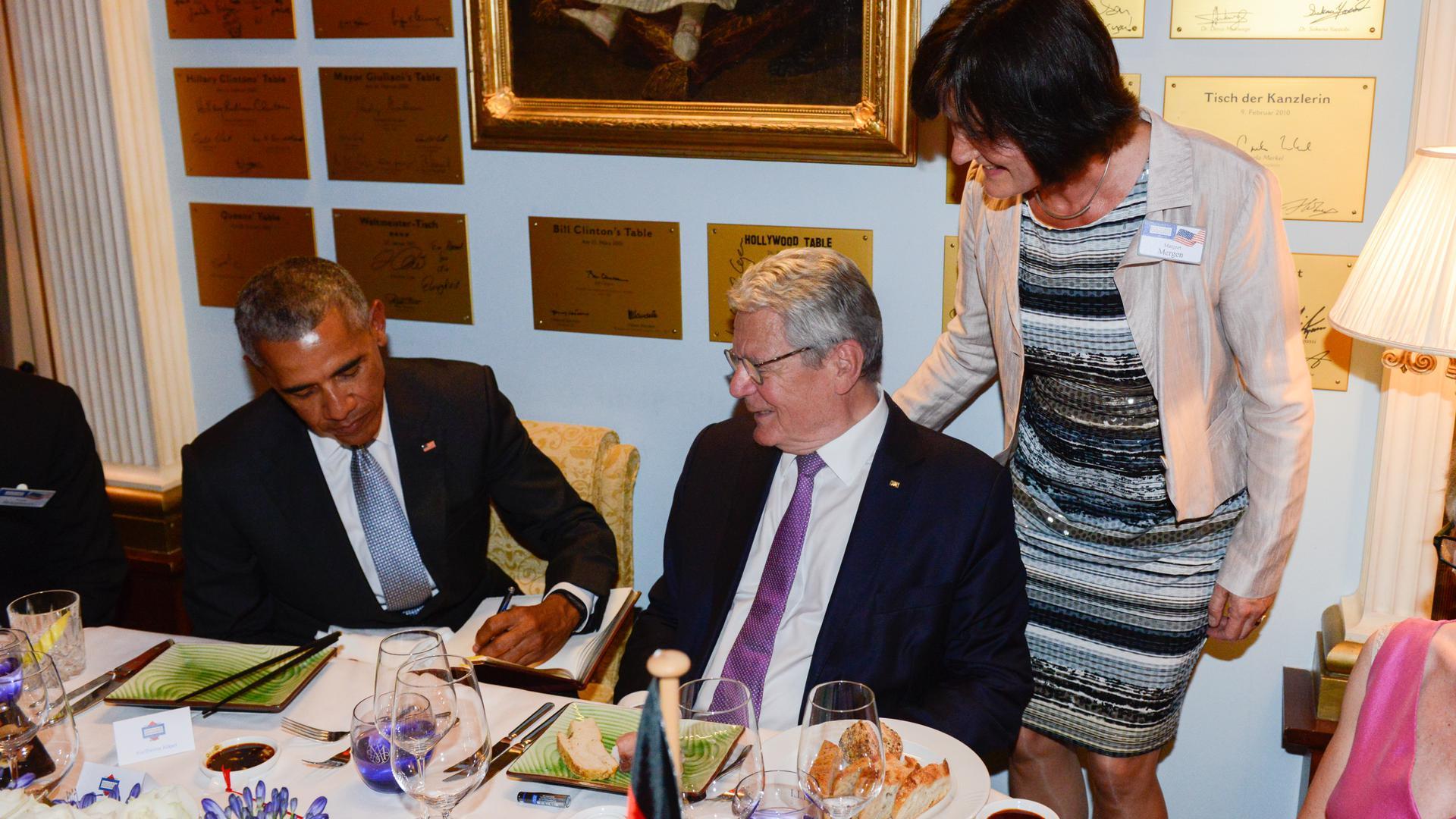 Barack Obama und Joachim Gauck tragen sich beim Medienpreis  ins Goldene Buch der Stadt Baden-Baden ein.