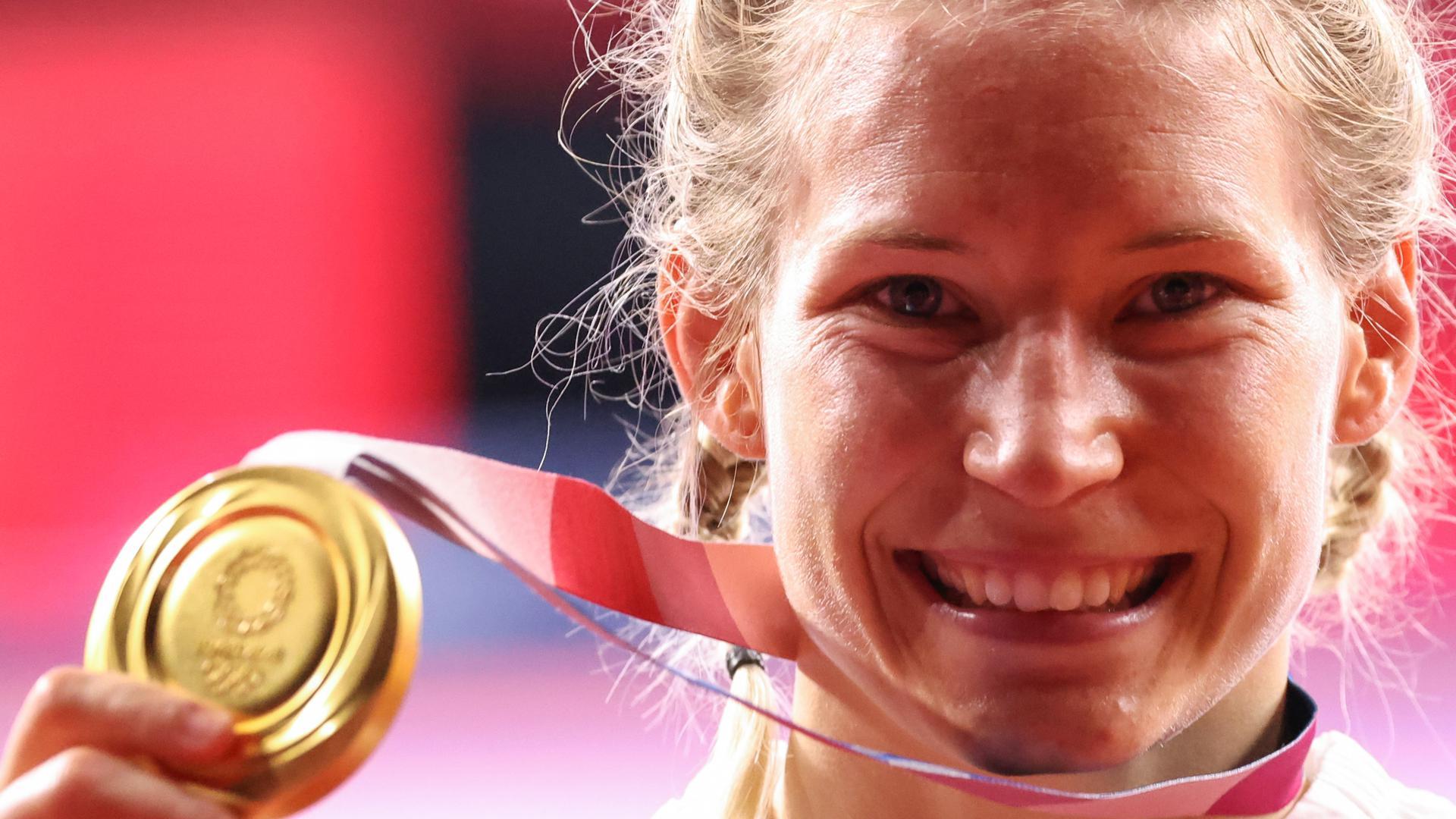 Ringen/Freistil: Olympia, 76 kg/Freistil, Frauen, Siegerehrung im Makuhari Messe Hall A. Erstplatzierte Aline Rotter-Focken (Deutschland) zeigt nach der Siegerehrung ihre Goldmedaille. +++ dpa-Bildfunk +++