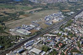 Ein Luftbild zeigt das Gewerbegebiet Oos West den den Segelflugplatz Oos.