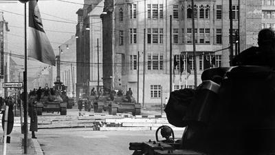 ARCHIV - Vorn ein amerikanischer Panzer und im Hintergrund sowjetische Panzer am Sektorengrenzübergang für Diplomaten und Ausländer in der Friedrichstraße, etwa 150 Meter hinter der Grenzlinie in Ostberlin, aufgenommen am 28.10.1961. Knapp 50 Jahre später erinnern Historiker und Zeitzeugen an die Konfrontation vor 50 Jahren. Foto: dpa (zu Korr.-Bericht lbn «Schock: Panzer am Checkpoint-Charlie vor 50 Jahren» vom 20.10.2011) +++ dpa-Bildfunk +++