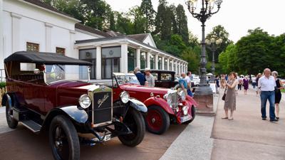 Vor dem Kurhaus Baden-Baden sind einige Oldtimer aufgereiht.