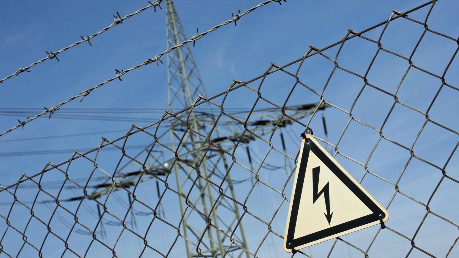 Ein Gefahrenschild für Elektrizität. Foto: Daniel Naupold/Archiv