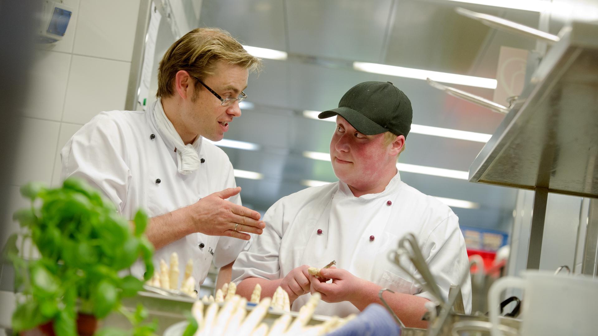Freie Stellen zu vergeben: Peter Minrath von der IHK erklärt, dass einige Betriebe der Hotel- und Gastronomiebranche noch freie Ausbildungsplätze hätten.