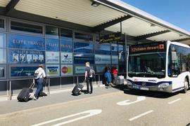 Vor dem Eingang des Regionalflughafens im mittelbadischen Rheinmünster-Söllingen steht ein Bus.