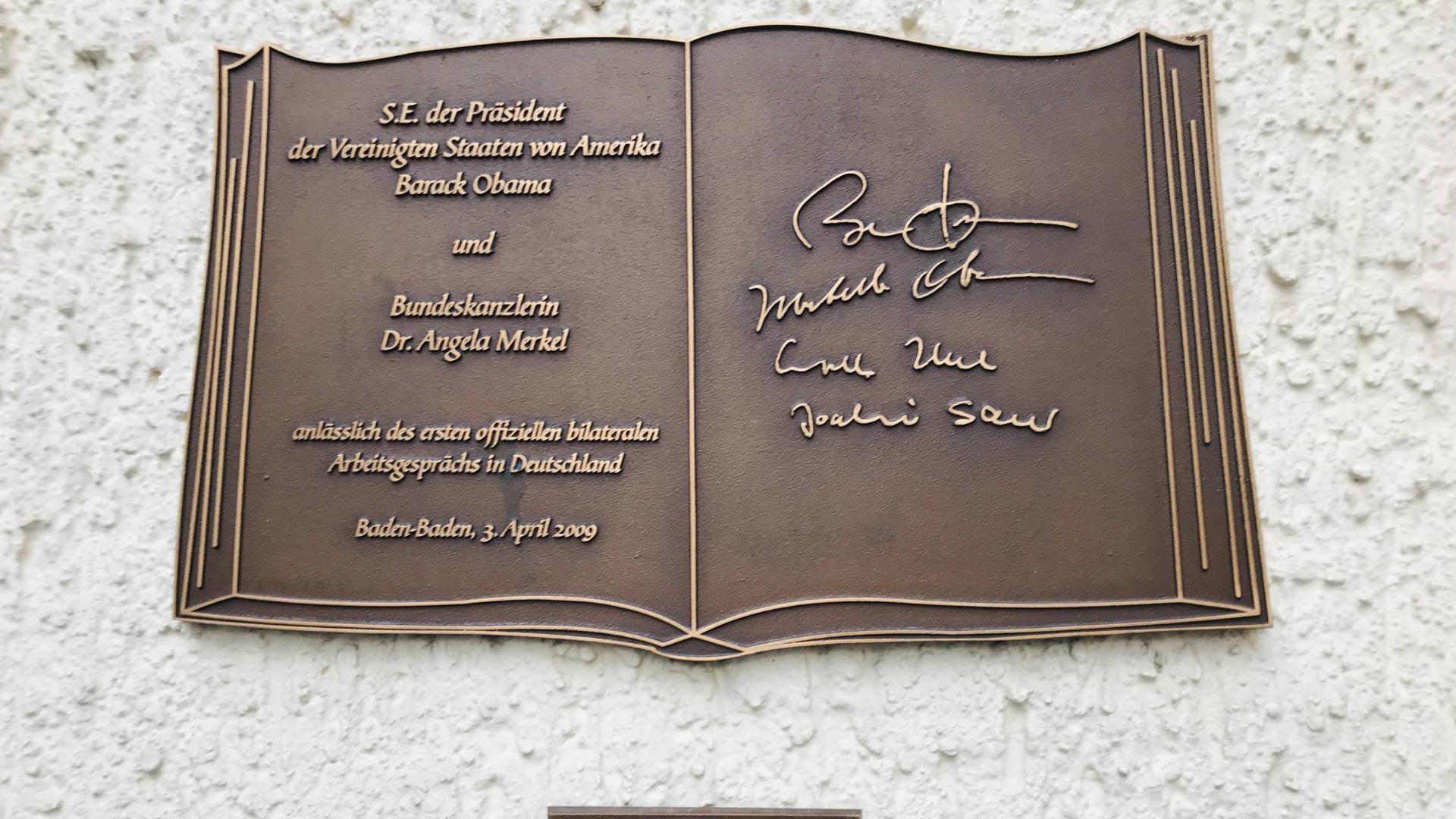 Goldenes Buch Stadt Baden-Baden , Messingtafel am Rathaus mit Unterschriften für Bundeskanzlerin Angela Merkel und US-Präsident Barack Obama anlässlich des Nato-Gipfels am 3. April 2009