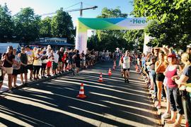 Beim 15. Heel-Lauf am 28. Juni 2019 in Baden-Baden werden die Sportler beim Zieleinlauf angefeuert.