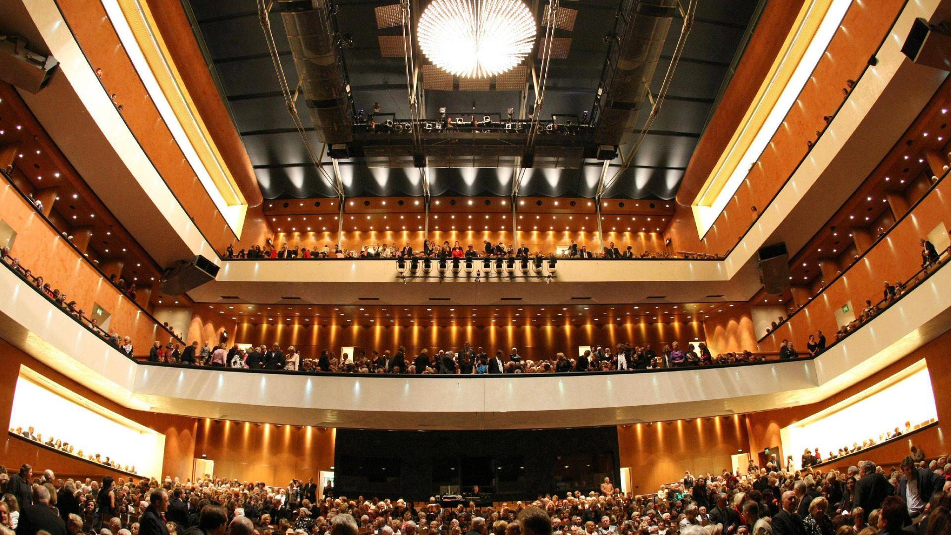 """ARCHIV - Innenaufnahme des Festspielhauses Baden-Baden am 06.10.2007. Im Jahrzehnt seit ihrer Gründung im April 1998 hat die zweitgrößte europäische Sing- und Spielstätte nach der Pariser Bastille-Oper den Sprung vom pompösen, aber ruinösen privat finanzierten Musentempel zum Vorzeigemodell geschafft. Foto: Uli Deck dpa/lsw (zu dpa-Korr.: """"Phönix aus der Asche - Baden-Badens Festspielhaus feiert Jubiläum"""" vom 07.09.2008) +++(c) dpa - Bildfunk+++"""