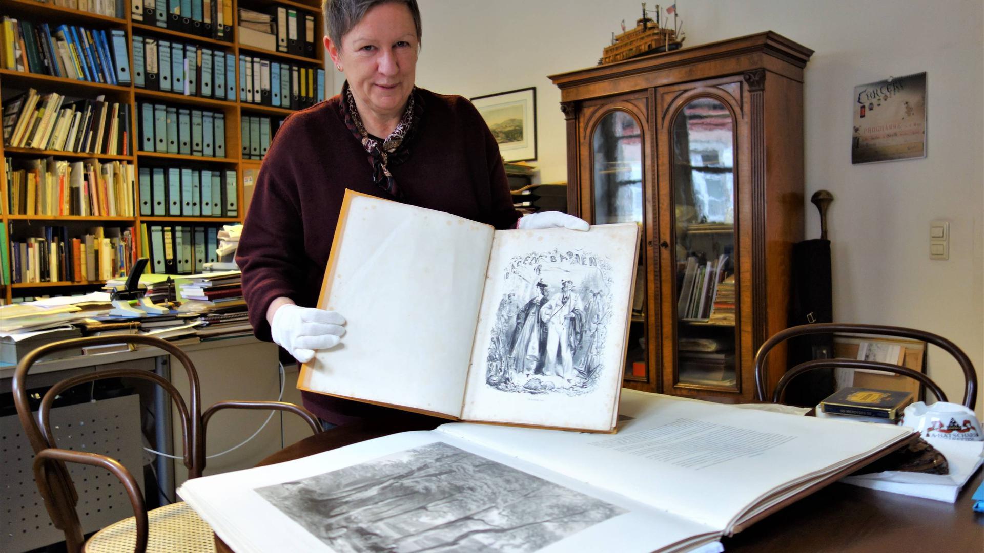 Heike Kronenwett, Leiterin des Stadtmuseums und Stadtarchivs Baden-Baden, zeigt kostbare historische Bildbände, die teilweise bereits digital erfasst sind.