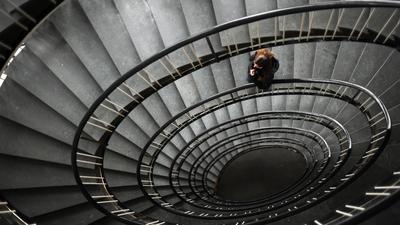 ARCHIV - ILLUSTRATION - Eine Frau steht am 09.02.2012 in einem Treppenhaus in Hannover. (zu dpa «Die unheimliche Krankheit: Depressionen bleiben unterschätzt» vom 31.03.2017) Foto: Julian Stratenschulte/dpa +++(c) dpa - Bildfunk+++   Verwendung weltweit