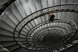 ARCHIV - ILLUSTRATION - Eine Frau steht am 09.02.2012 in einem Treppenhaus in Hannover. (zu dpa «Die unheimliche Krankheit: Depressionen bleiben unterschätzt» vom 31.03.2017) Foto: Julian Stratenschulte/dpa +++(c) dpa - Bildfunk+++ | Verwendung weltweit