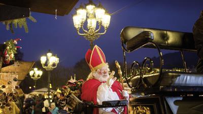 Nikolaus besucht den Christkindelsmarkt Baden-Baden