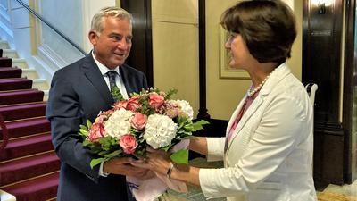 Ein Mann übergibt einer Frau einen Blumenstrauß.