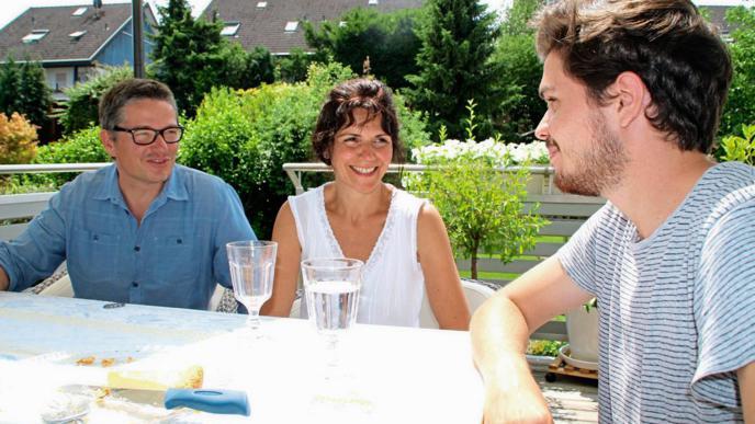 Private Einblicke: Pflegerin Filomena im Gespräch mit ihrem Mann und ihrem Sohn.