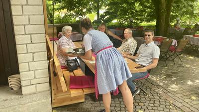 Gäste im Auerhahn in Baden-Baden werden im Außenbereich bedient.