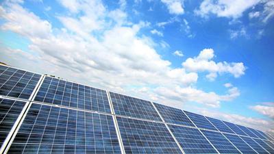Eine Photovoltaik-Anlage, im Hintergrund der blaue Himmel.