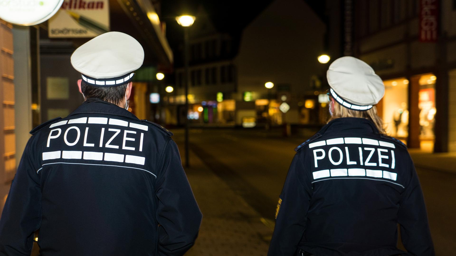 Polizeistreife kontrolliert nächtliche Ausgangssperre in Achern
