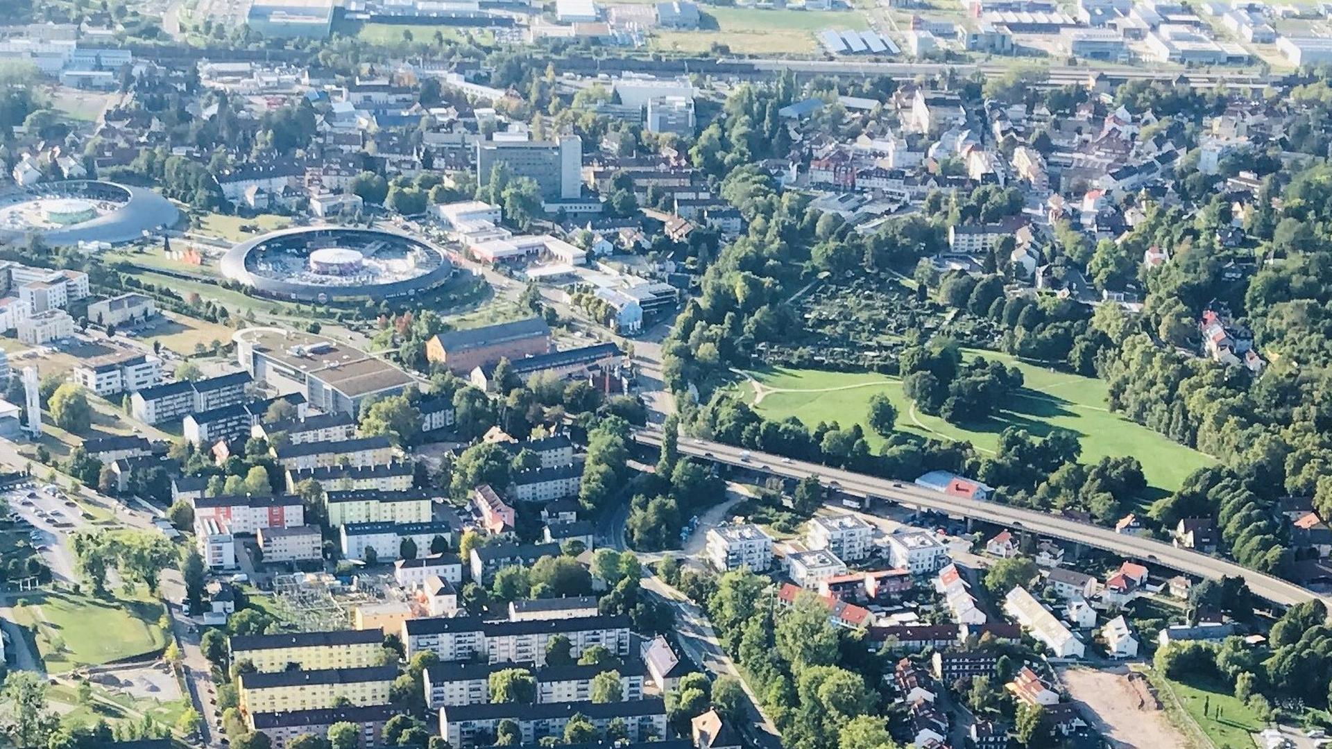 Das Luftbild von Baden-Baden zeigt das Fachmarktzentrum (links) und rechts danaben die Grünanlage Wörthböschelpark entlang der B500.