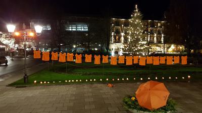 Orangene T-Shirts hängen vor dem Theater Baden-Baden.