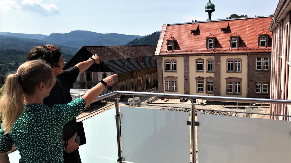 Die Architektin und Heimleiterin zeigen von einem Balkon den Ausblick in den Schwarzwald.