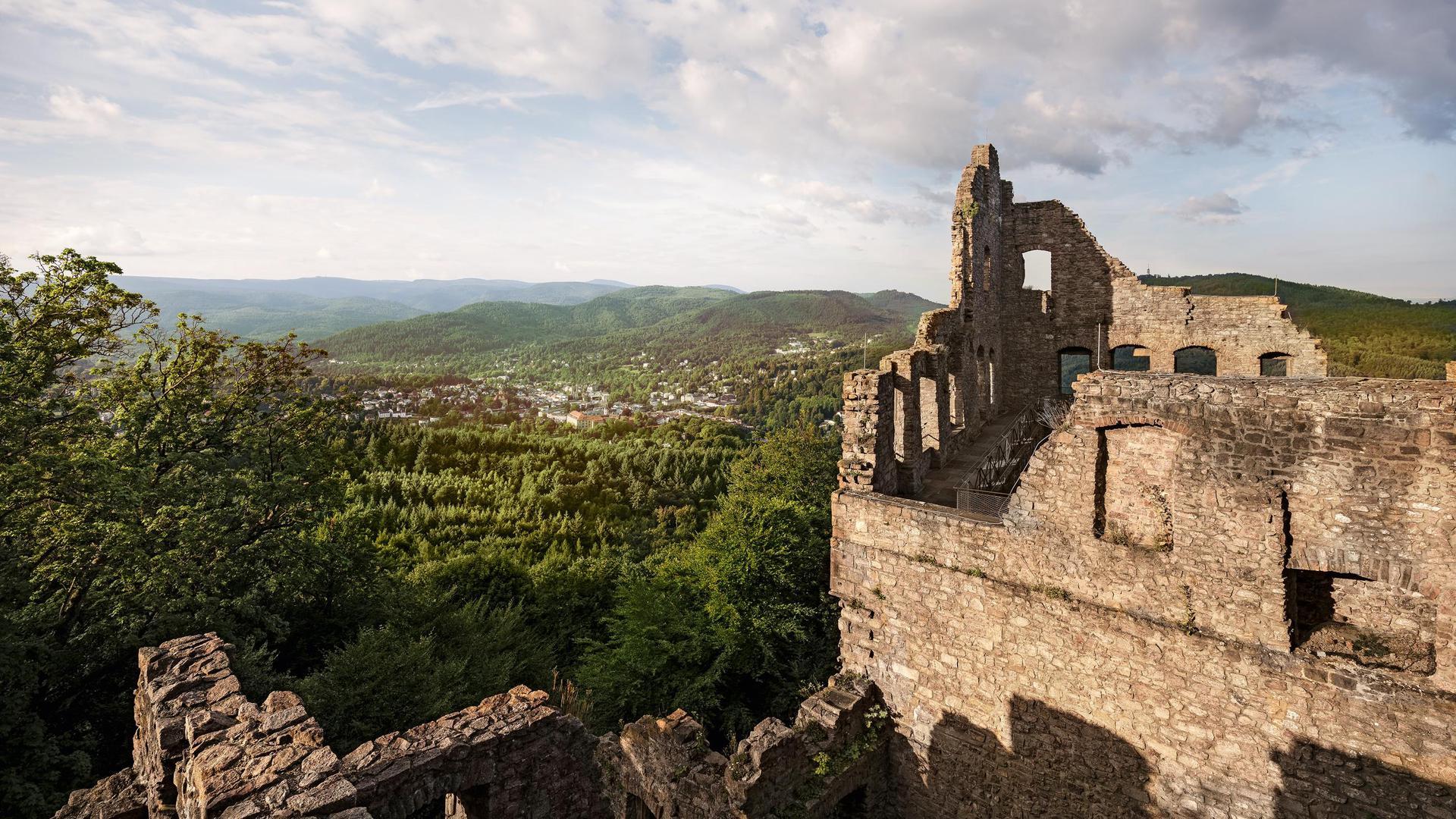 Burgruine Altes Schloss Baden-Baden bietet einen Panoramablick über die Rheinebene, den Schwarzwald und die Vogesen.