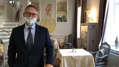 """Hotelier Andreas Rademacher steht in seinem leeren Restaurant des Hotels """"Der kleine Prinz"""" in Baden-Baden"""