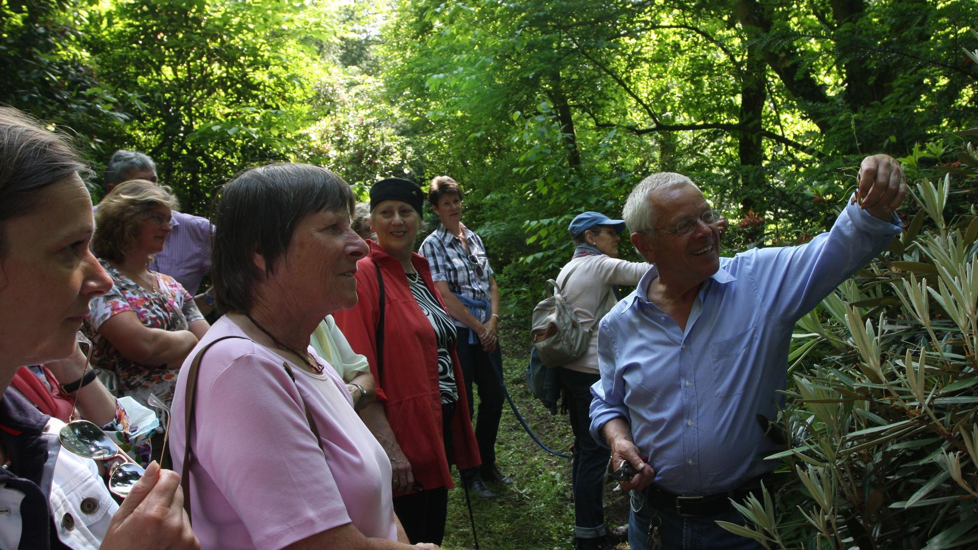 Wolfgang Eberts führt Besucher durch sein Arboretum in Baden-Baden