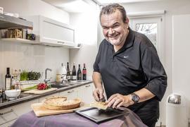 Sternekoch Armin Röttele hebt ein Stückchen Quiche auf einer Kuchengabel.