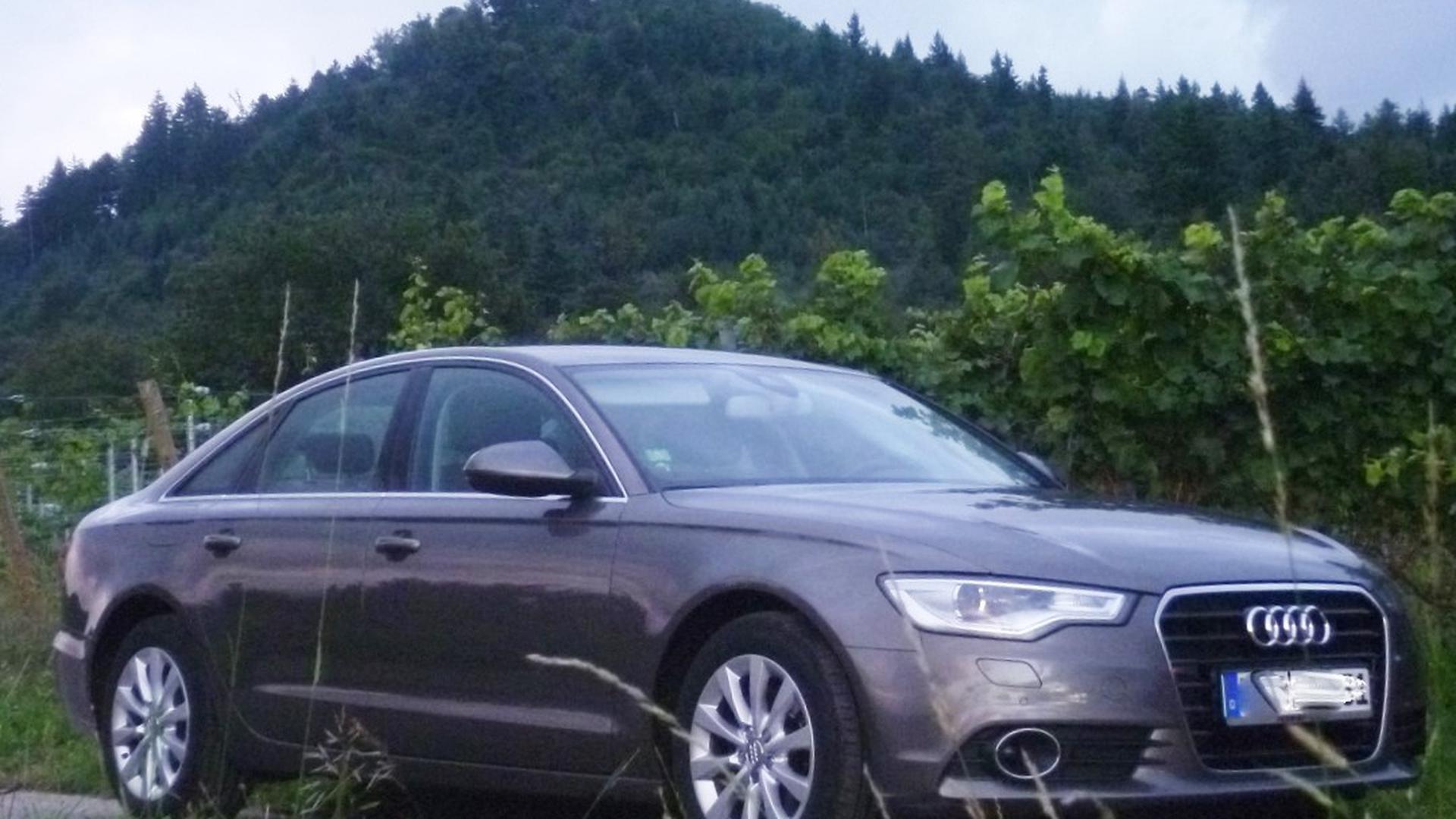 Eine Audi A6 steht am Wegesrand