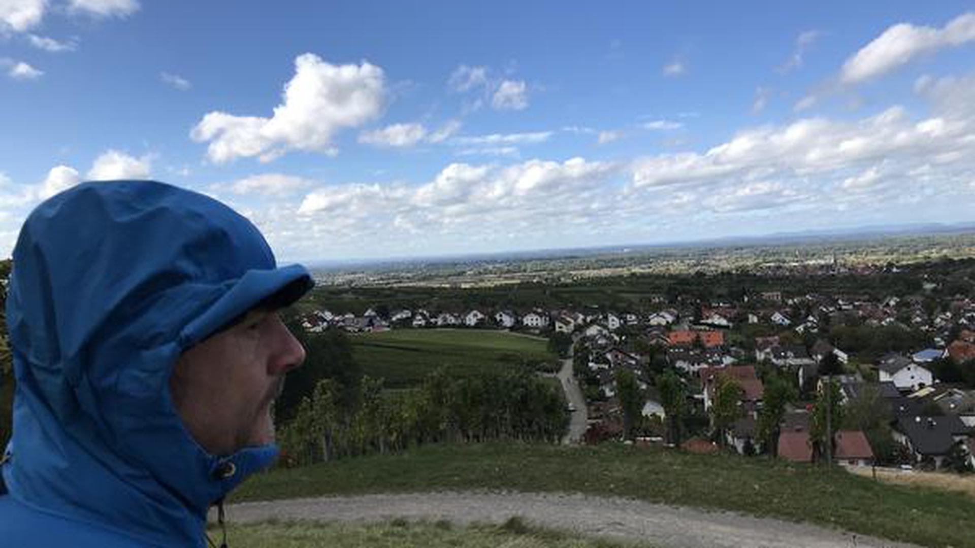 Ein Mann steht auf einem Hügel.