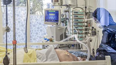 Ein Blick durch die Scheiben eines Covid-Patienten-Zimmers auf der Intensivstation des Klinikums Mittelbaden.