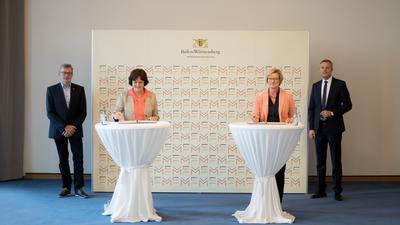 Im Beisein von Hans-Peter Behrens (links) und Tobias Wald unterzeichnen Margret Mergen (Zweite von links) und Edith Sitzmann die BKV-Verträge.