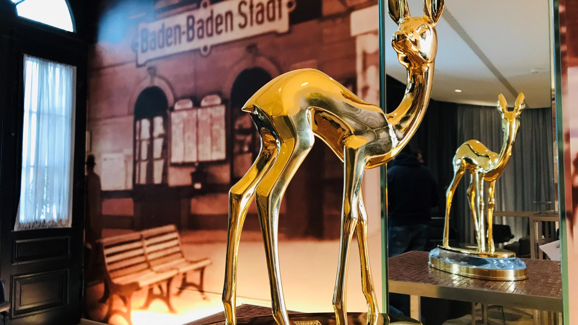 Ein vergoldetes Bambi steht vor einem Spiegel im Festspielhaus